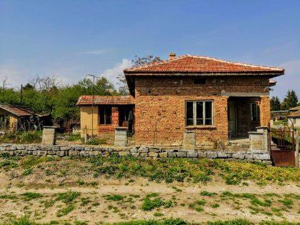Günstiges Haus in gutem Dorf in der Nähe von General Toshevo. Hervorragender Struktur- und Dachzustand