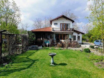 Schöne 3 Zimmer 2 Bad Einfamilienhaus zum Verkauf. Landschaftlich 2.630 m2 Grundstück. 20 Min. Fahrt zu den Stränden