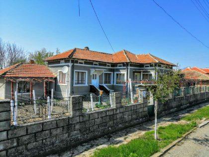 Bereit zum Einzug, 3-Zimmer-Immobilie zum Verkauf zu bewegen. 1450 m2 Garten, Garage und Nebengebäude, 15 Min. Fahrt zur Stadt Dobrich