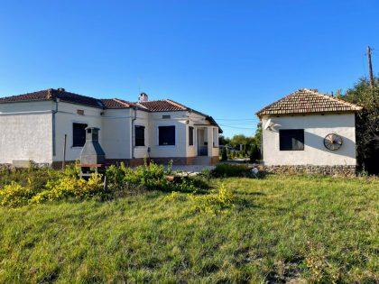 Renoviertes Anwesen mit schöner Aussicht: ein Haus und ein separates Studio mit 1850m Garten – 20min nach Balchik und dem Strand & 20min nach Dobritsch
