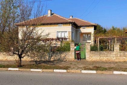 5-Zimmer-Bungalow im Dorf Kardam, 1300qm Garten, 30min zum Strand