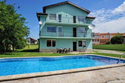 Große Villa mit Pool in einem Küstendorf in der Nähe von Golfresort