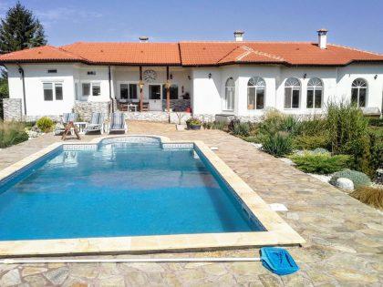 Schönes einstöckiges Haus mit Pool, etwas außerhalb der Stadt Dobritsch, 25min zum Strand