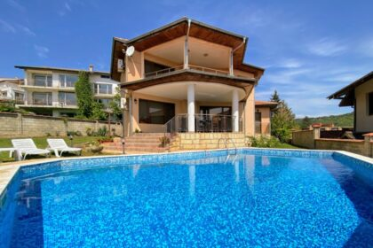 Villa in Meeresnähe mit Pool, Aussicht und Einliegerwohnung