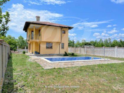 Neugebautes 2-stöckiges Haus mit Pool und entferntem Meerblick