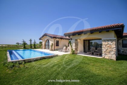 Villa im toskanischen Stil mit Pool und Blick auf den Golfplatz in BlackSeaRama