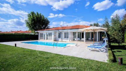 Maßgeschneiderte 250qm Villa mit Pool und Ausblick aufs Meer – BlackSeaRama